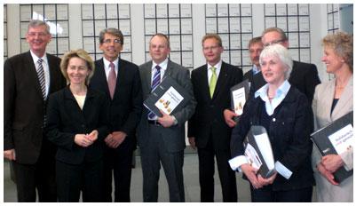 Eine Delegation des Bündnisses für die Sockelrente aus dem Bistum Münster hat am 4. Mai der Bundesministerin für Arbeit und Soziales, Ursula von der Leyen (CDU), mehr als 22.000 für eine gerechtere Rente Unterschriften überreicht.